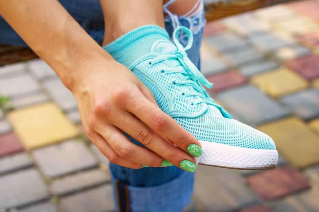 03 game changing hacks cleaning White sneakers cleaning soles iprogressman 1024x683 - Supaya Sneakers Kamu Awet dan Tahan Lama, Begini 7 Trik Cerdas Membersihkannya