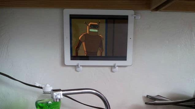 3. Gak Punya TV di Kosan? Tenang, Kamu Masih Bisa Tempatkan Tabletmu di Dinding Kamar
