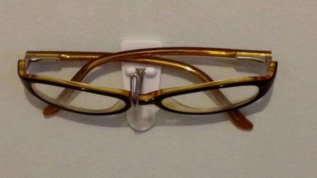 2. Gak Akan Kerepotan Lagi Mencari Kacamata Saat Bangun Tidur dengan Gantungan Serba Guna Ini