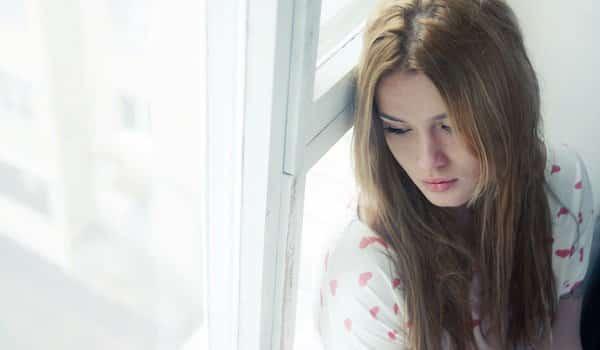 595887ed106c9 sad woman - Inilah 7 Kebiasaan yang Sering Diulang-ulang yang Bikin Kamu Gak Bahagia. Hindari Mulai dari Sekarang, Yuk!