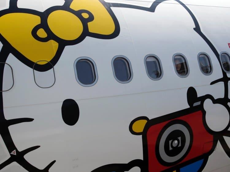 59887a9e18b69839008b4796 750 562 - Hits Banget, Ternyata Begini Rasanya Terbang dengan Pesawat Berdesain Serba Hello Kitty