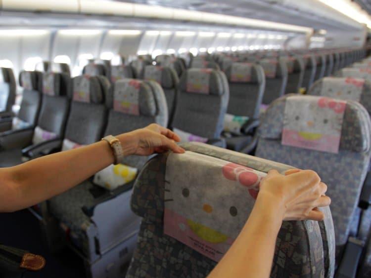 59887e8cefe3df29008b47a9 750 563 - Hits Banget, Ternyata Begini Rasanya Terbang dengan Pesawat Berdesain Serba Hello Kitty