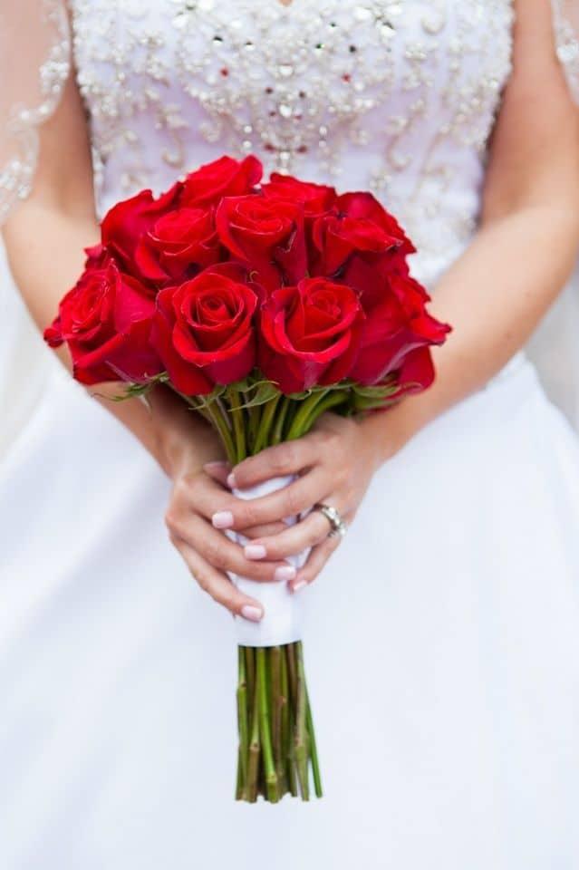 795a9526a226316dbc9d5a195d72a143 red rose bouquet rose bridal bouquet - Tak Hanya Romantis, Ternyata 5 Bunga Ini Memiliki Makna dalam Tersendiri