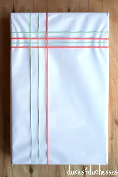 4. Mau kirim paket? Pakai karet gelang untuk mengikatnya. Kamu juga bisa menata ikatan karet gelang supaya paketanmu jadi lebih menarik.