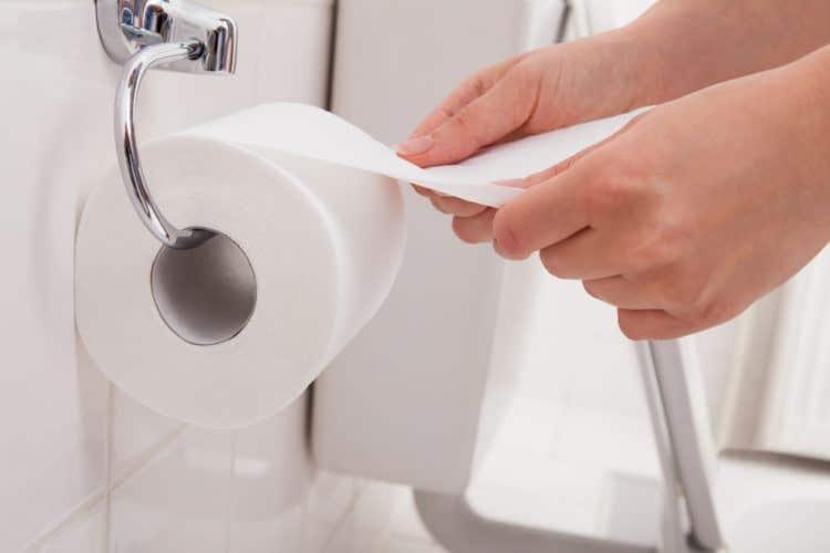 Toilet-Paper-Roll-e1481220919638 Jangan Sembarangan Pakai Tisu di Toilet Umum sebelum Memerhatikan 5 Hal Ini!