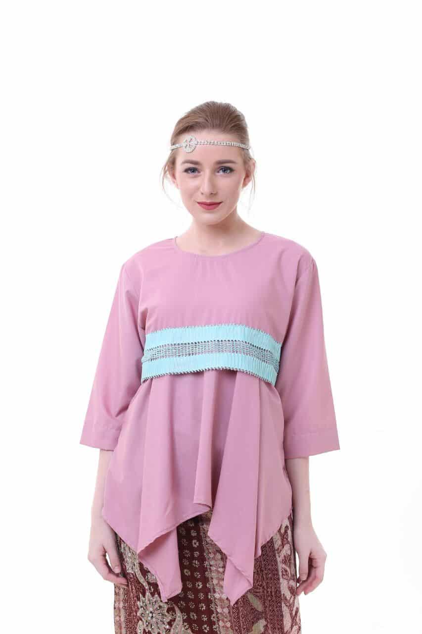 blouse flaretna lamia blouse pink 3875376 1 66349 - Bosan Baju Lebaran Warna Putih? Coba 11 Blouse Berwarna Pastel di Bawah 250 Ribu Ini!