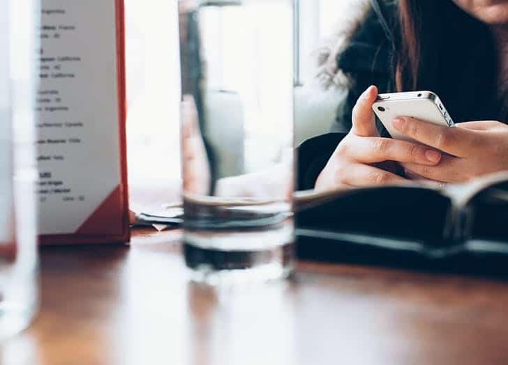 codependent_relationship_phone_texting Tanpa Disadari, 5 Tanda Ini Menunjukkan kalau Pasanganmu Terlalu Banyak Mengatur
