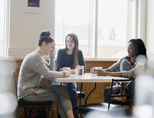 friendsfinance02 1290x860 600x460 - Biar Sukses Bareng-bareng, 5 Hal tentang Keuangan Ini Bisa Kamu Bicarakan dengan Sahabatmu