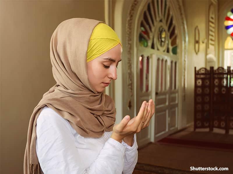 peoplemuslimwomanprayingmosquejpg - Meski Sedang Berhalangan Puasa, Kamu tetap Bisa Berburu Pahala dengan 6 Cara Ini