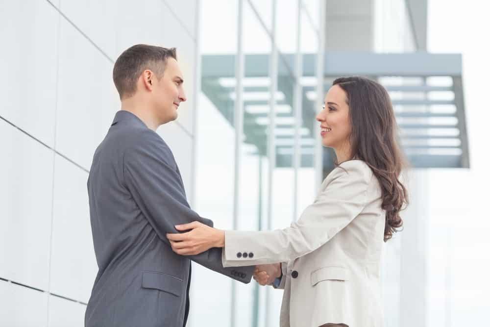 shutterstock 2438989601 - Bukan Hanya Soal Penampilan, Kepribadian Menawan juga Bisa Kamu Dapatkan Melalui 7 Trik Komunikasi Ini