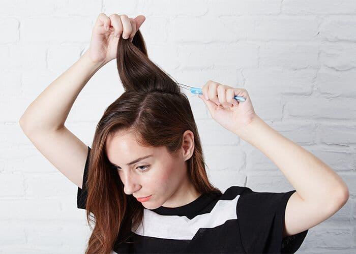toothbrush beauty hacks teasing hair - Jangan Buang Sikat Gigi Bekas, Kamu Bisa Menggunakannya Kembali untuk 13 Hal Bermanfaat Ini