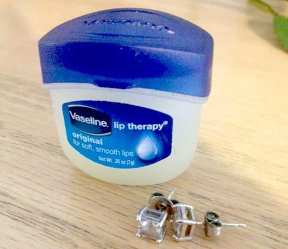 vaseline and earrings - Sangat Bermanfaat, 13 Kegunaan Rahasia Vaseline untuk Peralatan Rumah Ini Perlu Kamu Tahu