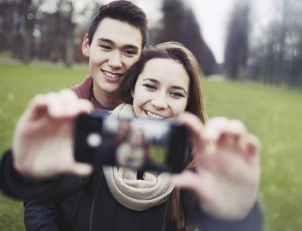 thinkstockphotos 469111855 600x460 - 5 Tips Couple Selfie agar Pacar Makin Lengket