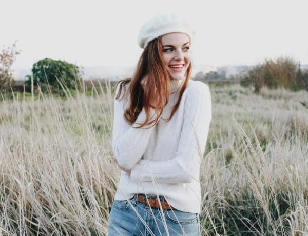pale skin copper hair redhead girl hairstyle white beret hat cable knit turtleneck cashmere sweater outfit vintage levis jeans denim thrifted fashion inspiration streetstyle photography orig 600x460 - Tampil Fashionable dengan 7 Mix & Match dengan Topi Beret yang Bisa Mempermanis Penampilanmu